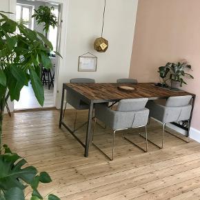 Fantastisk smukt bord udført i genbrugstræ.  Købt i NOVA møbler  4 år gammelt Nærmest ubrugt.  Står uden mærker eller slidtage Måler 200 x 100 cm.  Nypris 19.990