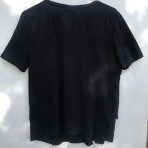 Sort t-shirt fra Baum und Pferdgarten med blonde foran. Kan også sagtens bruges oversized af en str. S.   Bukserne på billede 3 er også til salg - se forrige annonce ;)