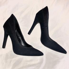 Flot sort stilet fra catwalk. Som ny, sælges da de bliver for høje. Passes af 36-37 evt. med et indlæg i hælen.  Bud er velkomne ☺️