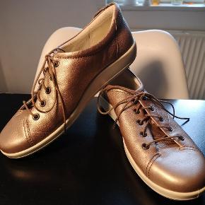 Ecco Soft 2.0 Velholdte sko med metallisk bronze farve. Med tynd snøre med metal ender. Fungerer også med hvid eller sort snøre. Lækkert blødt smidigt læder. Blød sål og meget god pasform. Meget god komfort.
