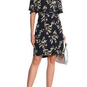 GANNI St. Pierre gathered floral-print crepe dress. Meget mørkeblå i farven (næsten sort).   Er i rigtig fin stand - sælges fordi jeg har brug for pengene. Kom med et bud :)