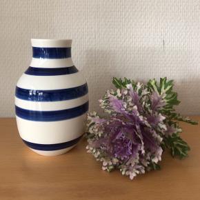 Supersmuk vase på 12,5 cm i udgået midnatsblå farve fra KÄHLER. Fremstår i flot stand.  SÆLGES TIL 310,- Til salg flere steder.