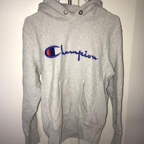 Mega fed champion hoodie! Den har været i brug max 5 gange:) det er en størrelse medium med fitter mest small🤩