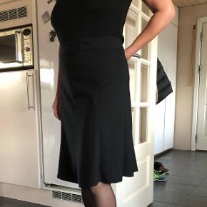 Pæn sort nederdel der falder rigtig flot
