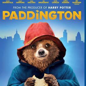 2337 - Paddington (Blu-ray) Dansk Tale - I FOLIE   Paddington  En talende bjørn rejser til storbyen London for at finde sig et nyt hjem. Men da han står alene på Paddington Station, begynder han at frygte, at bylivet måske alligevel ikke er noget for ham. Heldigvis møder han den rare familien Brown, som tager ham til sig. De giver husly og te, og familien Brown giver bjørnen navnet Paddington - opkaldt efter den station de fandt ham på. Paddington har nu fundet sig et rart og trygt hjem, men snart bliver trygheden sat på prøve. En skummel dyreudstopper opdager den talende bjørn, og snart kommer Paddington i stor fare…  Tekst fra pressemateriale