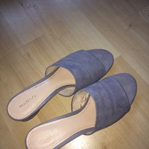 🌸 Alt tøj koster 50 kr eksl. porto 🌸 Hvis der er flere der byder går det til højest bydende 🌸 Kan også afhentes i Bagsværd, Gladsaxe 🌸 Alt tøj er i god stand og sælges da det ikke bruges  Mega fede sandaler fra Mango. Aldrig brugt. De er en størrelse 41, men er meget små i størrelsen. Er selv en 39 og jeg passer dem 🌸