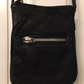 taske, byentaske, lille fin sort lædertaske med lang rem. 12x15cm. 60kr Kan hentes Kbh V eller sendes for 40kr DAO
