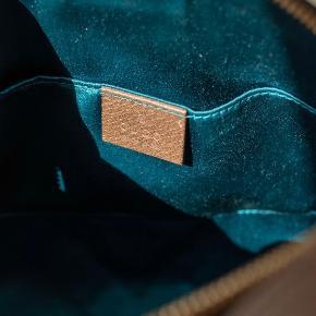 Ophidia Gucci cross-over taske i rigtig god stand, kun en smule slidtage i bunden (vist på billede). Ingen mærker udenpå eller indeni ellers. Har bevis på køb fra paypal, men har desværre smidt forsendelseskvittering ud. Dustbag medfølger.