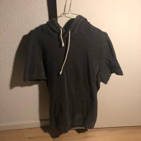 Forvasket grå kortærmet sweatshirt (meningen er at den er forsvasket hehe)