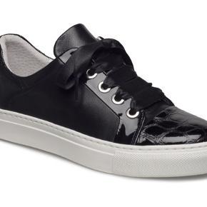 Flotte sneakers i str 36.  Kun prøvet på.   billi bi sneakers. Black croco patent/nappa. øvre: 100% læder indersål: læder. ydersål: 100% gummi snørelukning  Nypris 1000 kr