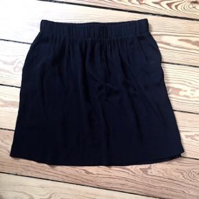 """Fin, klassisk sort """"justice"""" nederdel fra Envii Str. XS, men passer XS/S Nypris: 300,-  🚭 Fra ikke-ryger hjem 🔁 Jeg bytter ikke. Sælger kun 📦 Køber betaler fragt 💁🏼♀️ Jeg kan mødes"""