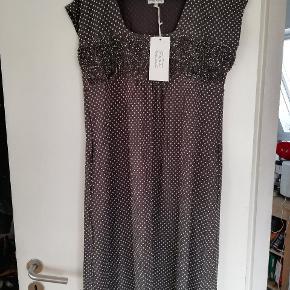 Rigtig sød og fin kjole i grå med råhvide prikker. Aldrig brugt og med prismærke Ny pris kr 650