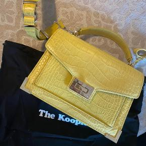 Sælger denne fine gule crossbody fra The Kooples. Den fremstår som ny. Dustbag medfølger✨