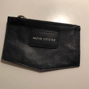 Noir Desire pung i mørkeblåt læder. Ubrugt. Helt ny.