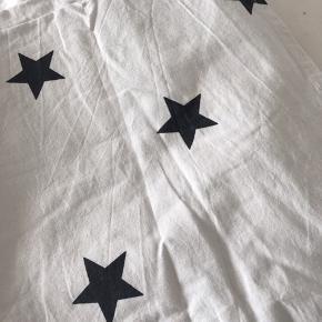 Er kun vasket én gang - aldrig brugt Lysegrå med sorte stjerner