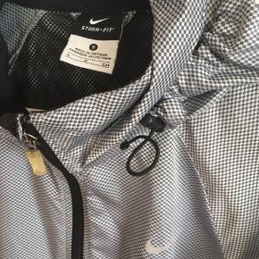 Skøn let jakke fra Nike str. S (ca. 16 år).