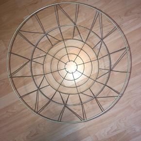 Super fint kurv.  40 cm høj og 45 cm i diameter.  Farven er duset grøn/grå