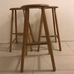 Barstole i massiv eg med runde ben og forskudte sprosser. Har rigtig fin patina.Købt ved trævarefabrikkernes udsalg. Ny pris ca 600,- pr. Stk.  Køb alle 3 for 450,-