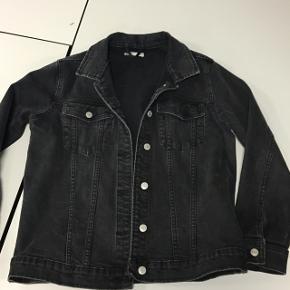 Sælger denne cowboy/denim jakke denimjakke i sort fra gina tricot. Den er i str. 40, men passer en 36-38