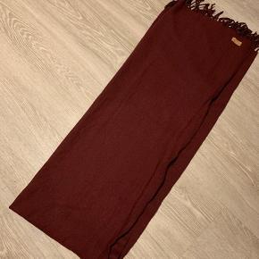 Flot tørklæde i Bordeaux. Rigtig god længde, her er det foldet på midten på begge led. I fin stand
