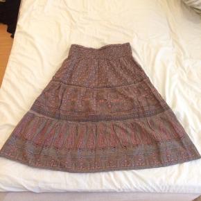 Sælger den søde nederdel fra soyaconcept. Farven er grøn og lyserød. Str. M. Længde: 67 cm. Den har elastik i taljen. Er som ny, brugt få gange. Kommer fra et ikke ryger hjem. Afhentes i 2990 Nivå eller sendes mod betaling