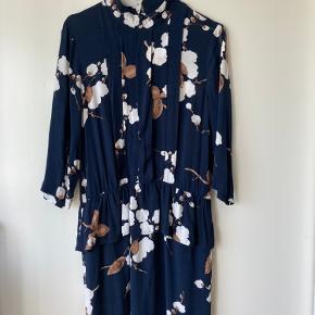 Lækker Ryder Crepe kjole fra Ganni 🍂  Perfekt til et par strømpebukser i det kolde vejr.   Brugt og vasket en enkelt gang.   Kan hentes på Nørrebro☀️