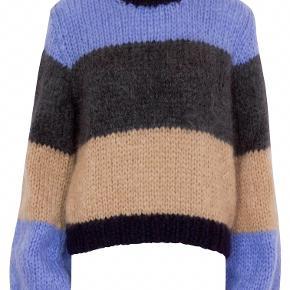 Ganni sweater i blå/beige/grå. Gået med 3 gange i ca. 4-5 timer dog aldrig vasket. Må erkende, at den er alt for stor til mig.
