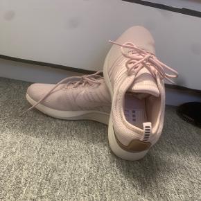 Str 38.5 helt nye sko Nike. De er aldrig blevet brugt. Super flot farve og duper behagelig at gå i:)