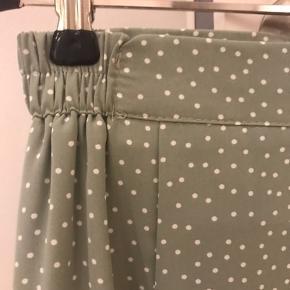 Smuk mintgrøn nederdel fra Chicwish med små hvide prikker og fint fald. Chiffon. Str 34.