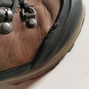 Superfede Ecco vandrestøvler sælges billigt, da de er flækket lidt i gummien på højre side af højre støvle. Jeg har brugt dem til 3 festivaler i hhv 6 dage over 3 år.