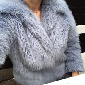 Sælger denne pels fake fur jakke, den er vandtæt, og dejlig varm. Man kan både have en hoodie indenunder, da den fitter det!