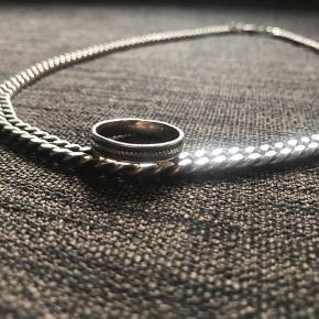 Sælger min halskæde og ring (Sterlingsølv 925) Halskæden er 0,5 cm tyk og 55 cm lang med låsen. Trænger til at blive pudset/renset. Prisen er fast. Køber betaler fragt.