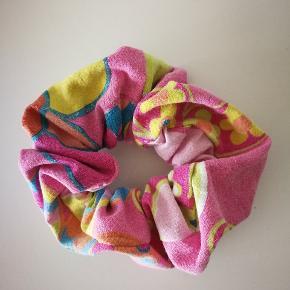Scrunchies/hårelastikker. Syet med kærlighed af genbrugstekstiler fra kasseret tøj mm. ♻️ 1 stk. 40,- eller 3 stk. 100,-  Se de andre farver/mønstre på min profil.