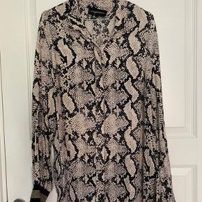 Brugt få gange. Fin skjortebluse med fin glimmer manchet.