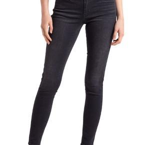 Grå/sorteJeans med masser stretch. Str 26 /32   710 Innovation super Skinny jeans.