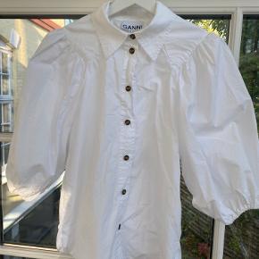 Den populære, smukke skjorte fra Ganni i bomuldspoplin med spids krave og pufærmer🤍 Kun brugt en enkelt gang, og stryges gerne inden forsendelse☺️