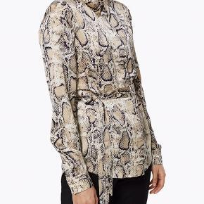 Populær Birch Snake skjorte fra Selected Femme, helt ny. Bindebåndet medfølger ikke, deraf den lave pris 😊☀️