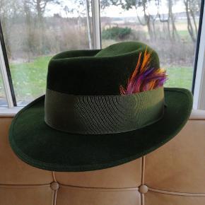Meget velholdt hat i velour af det gamle hattemærke, Mayser. Fjeren har jeg sat i og kan fjernes. Er vist en str 54.
