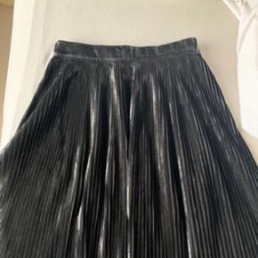 Lækker nederdel fra Designers Remix i det fineste plisserede stof.
