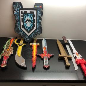 4 LEGO sværd og 1 LEGO skjold + 3 andre sværd Samlet mp kr. 200 Afhentes i 6715