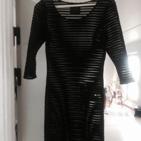 Super flot sort stram kjole med gennemsigtige detaljer fra gestuz. Der hører en underkjole til som ses på billede nr 2