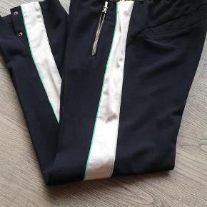Varetype: Bukser Farve: Sort Oprindelig købspris: 1200 kr.  Sælger disse bukser fra Gustav.  Brugt en gang og er som nye. Livvidde 2x40 cm - indvendig benlængde 80 cm.   Handler gerne mobilpay. Ved TS betaler køber TS gebyr.