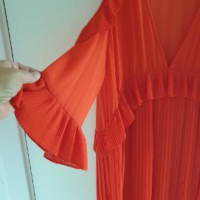 Smuk orange/rød kjole.  Underkjolen skred fra hinanden ved første brug så jeg har brugt den med en sort og nude under, super flot også til et par leggings. Mærket er klippet af men det er en 42 og den er i silke.  Bryst 58x2 Længde 118