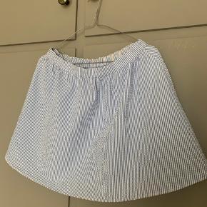 Fin bæk og bølge nederdel med striber fra franske Le Mont St Michel. Fitter S-M. Så god til sommer.  Se også mine andre annoncer 🌼
