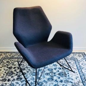 Mørkegrå gyngestol fra IDEmøbler. Så godt som aldrig brugt. Har ingen brugsspor. Nypris 2.500