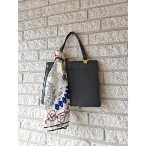 Elegant vintage håndtaske i grey læder. Velholdt men med enkelte brugstegn. Mellem størrelse med plads til det vigtigste, samt flotte detaljer.  Pris: 150 kroner. 🌸  Tørklæde til inspiration.