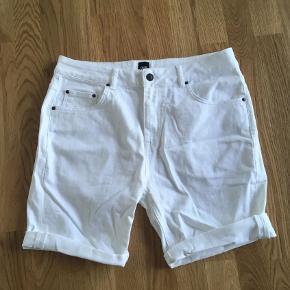 Sælger dette par hvide shorts for min kæreste. De er i en størrelse 32 og de er aldrig brugt.  Endelig skriv, hvis du har et bud :)