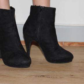 """Sorte støvler fra H&M sælges. Hælhøjden er ca. 10,5 cm. Kan afhentes i Odense C eller sendes via """"køb nu""""."""