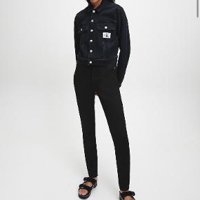 Jeans fra Calvin Klein i sort Model: HIGH RISE SKINNY JEANS  Helt nye stadig med prismærker i Har 1 par i 28/32 og 29/32