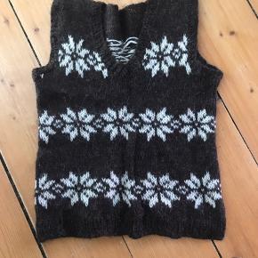 Hjemmestrikket vest i Gudrun og Gudrun style og samme garn som Gudrun og Gudruns trøjer er strikket i.
